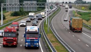 Afbeelding:  vrachtwagens op snelweg - Bron: omroepwest.nl